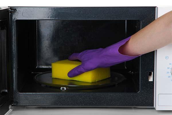Чем отмыть микроволновку внутри от жира