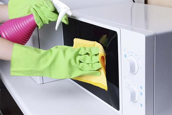 Чем помыть микроволновку снаружи