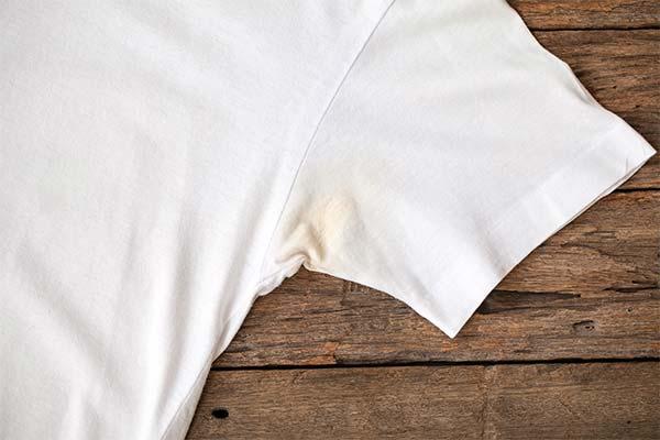 Чем вывести пятна от пота под мышками на белых вещах