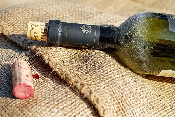 Как открыть вино без штопора на улице