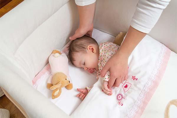 Как переложить малыша в кроватку