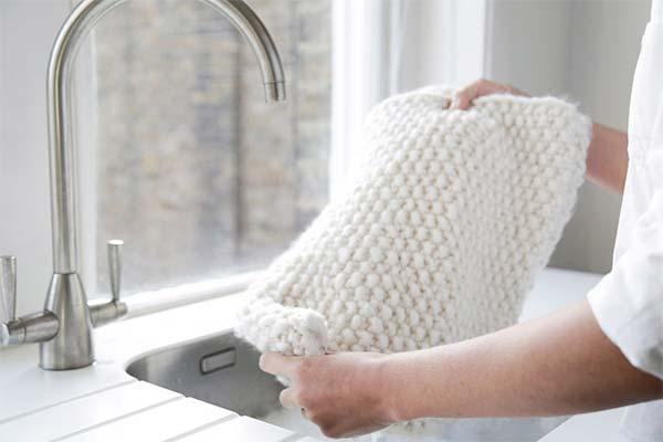 Как правильно стирать и сушить вязаные вещи