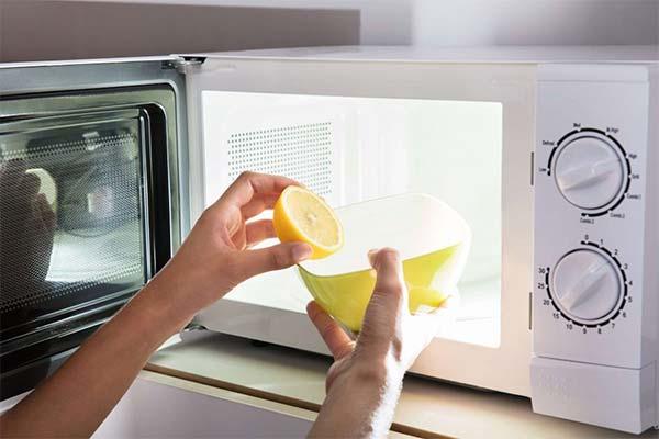 Лимон для очистки микроволновки