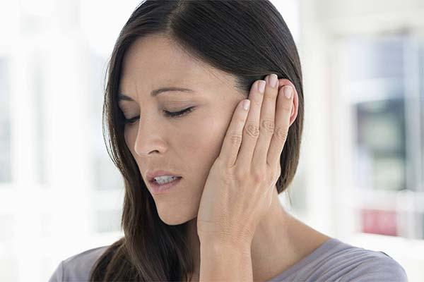 Какие симптомы указывают на серную пробку в ухе
