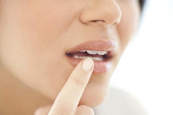 По какой причине немеют губы