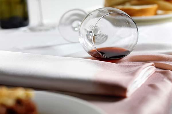 Как отстирать красное вино со скатерти